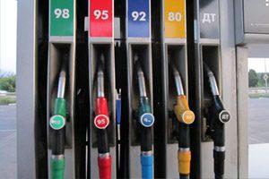 Компенсация стоимости горючего для автомобиля наемного работника на предприятии: считать ли дополнительным благом