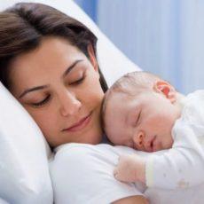 Отцу новорожденного ребенка предлагается предоставлять оплаченный отпуск